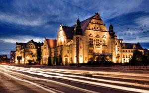 oświetlona nocą ulica miasta Poznań