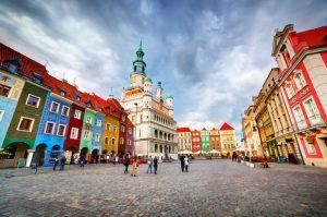 kolorowe kamienice położone przy ulicy w centrum miasta Poznań