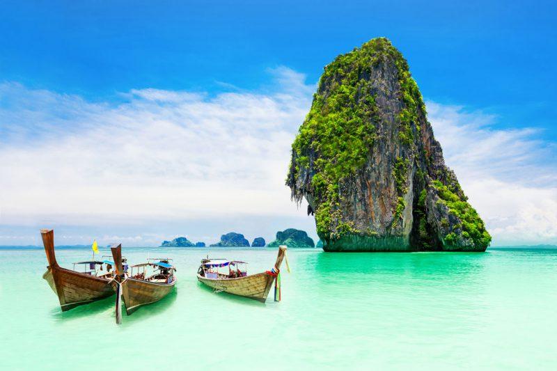wyspy Phi Phi położone na błękitnych wodach w Tajlandii