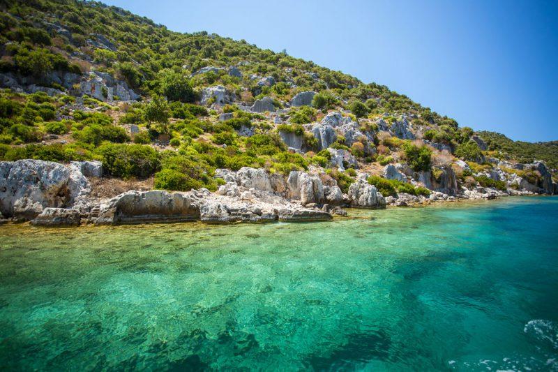 barwna zatoka w Antalyi z turkusową wodą i bujnymi zielonymi wzniesieniami na brzegu
