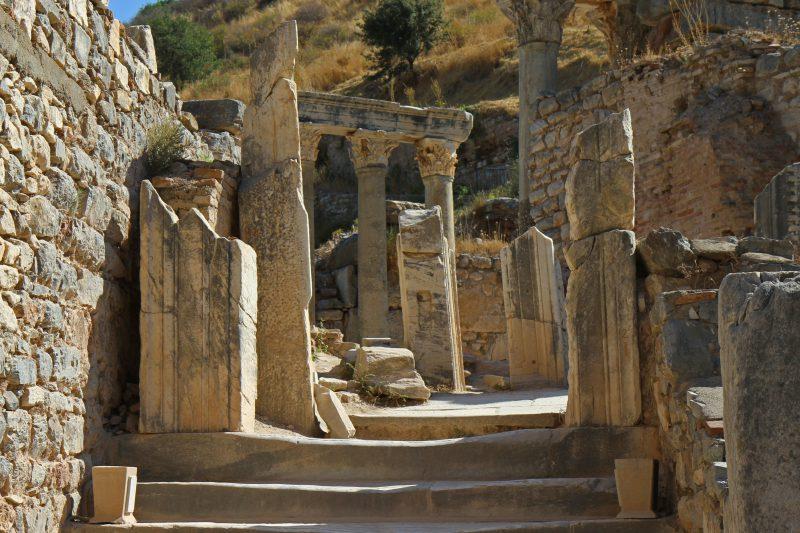 zabytkowe kolumny w Efezie
