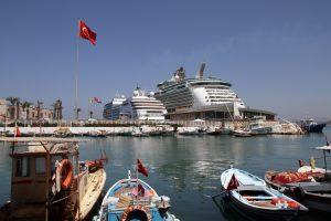 port w Efezie, zacumowane promy i łodzie