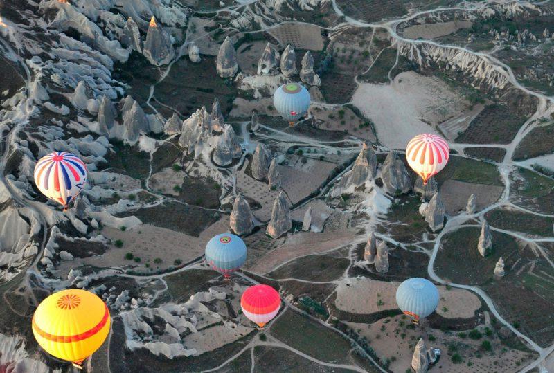 widok z lotu ptaka na lecące nad Kapadocją kolorowe balony turystyczne