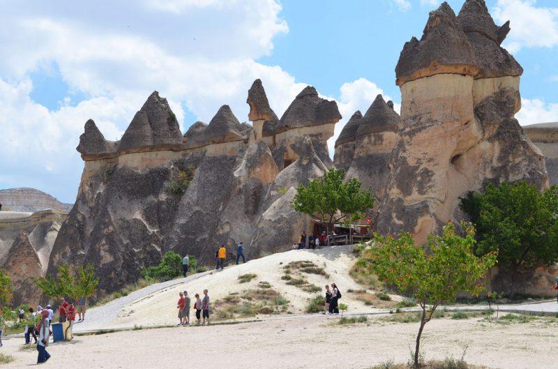 turyści podziwiający formacje skalne w Kapadocji