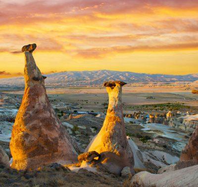 stożkowe formacje skalne na tle zachodu słońca, Kapadocja