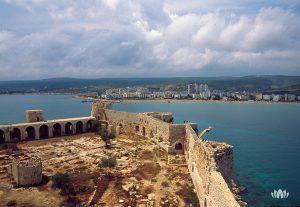 widok na miasto z zamku Kızkalesi w prowincji Mersin, Turcja