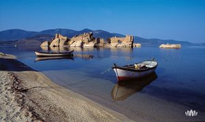 dwie łódki nad brzegiem morza w Turcji, w tle skały i góry