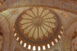 widok od środka na kopułę Błękitnego Meczetu, Stambuł