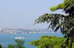 widok z brzegu na cieśninę Bosfor, w oddali panorama miasta, Stambuł