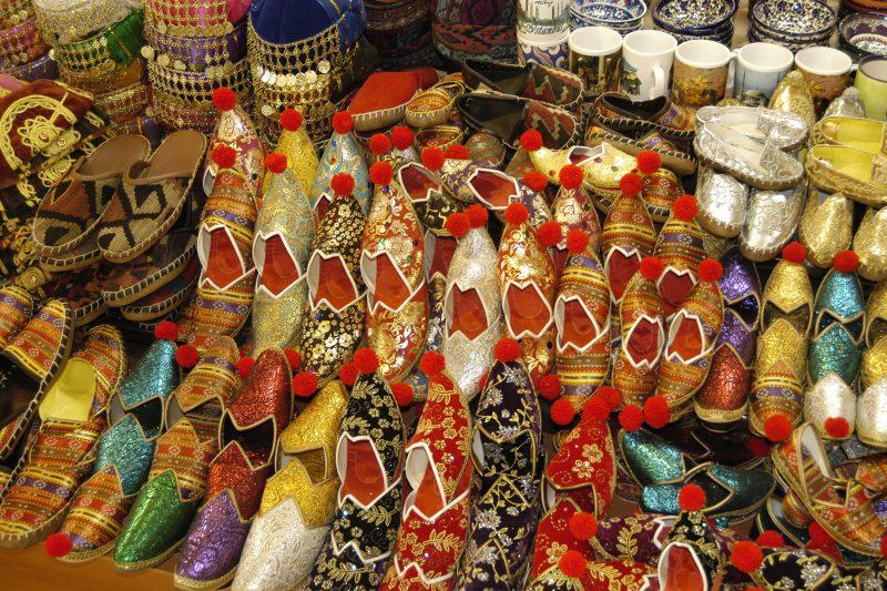 stoisko z pamiątkami na bazarze w Stambule