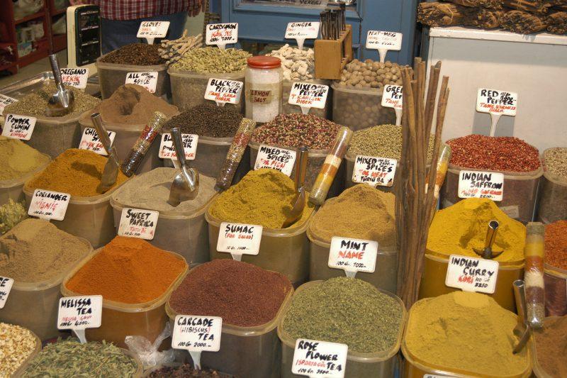 liczne kolorowe przyprawy na stoisku, na bazarze w Stambule