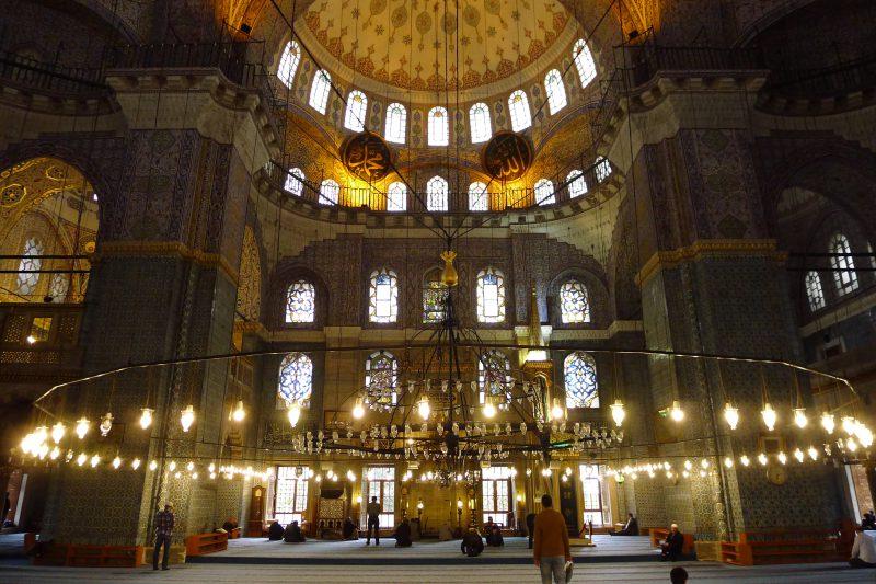 zwiedzający wewnątrz świątyni Haga Sofia w Stambule