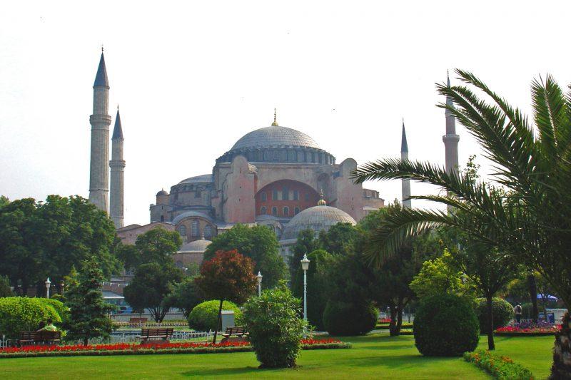 widok z pobliskiego ogrodu na świątynie Haga Sofia w Stambule