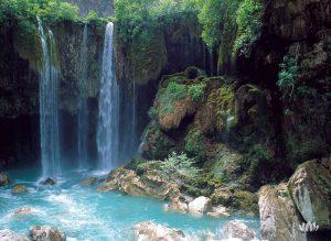 wysoki wodospad w lesie, Turcja