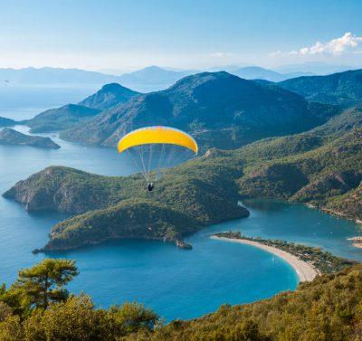 widok z lotu ptaka na zatokę Oludeniz w Turcji położoną w otoczeniu łagodnych wzniesień, w tle góry