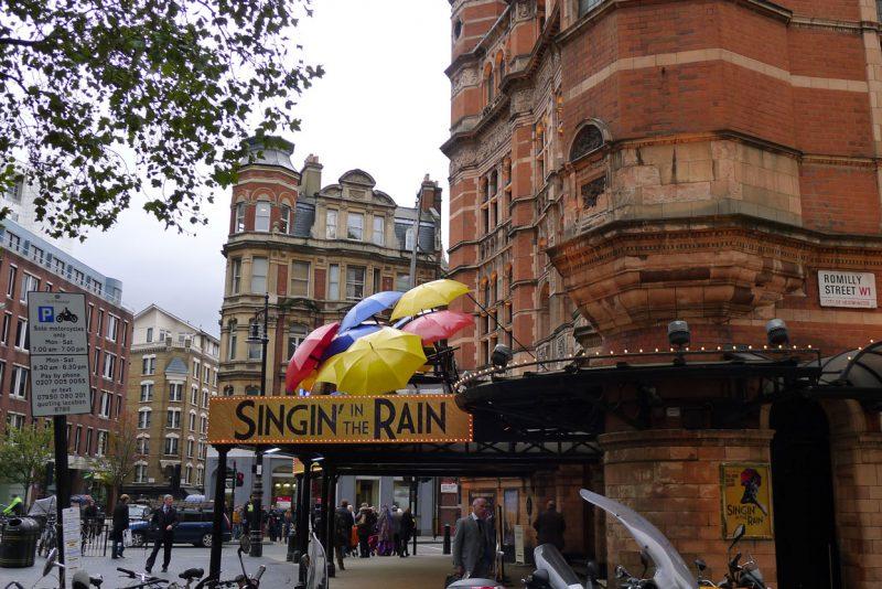 Szyld i parasolki przed hotele w Londynie