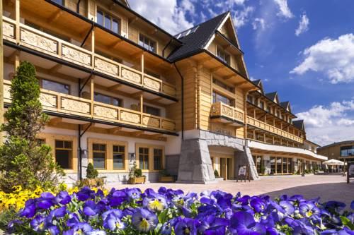 Drewniana fasada hotelu bania thermal ski