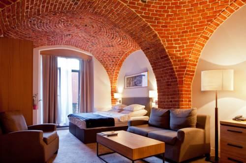 Ściana z cegły w the granary la suite hotel