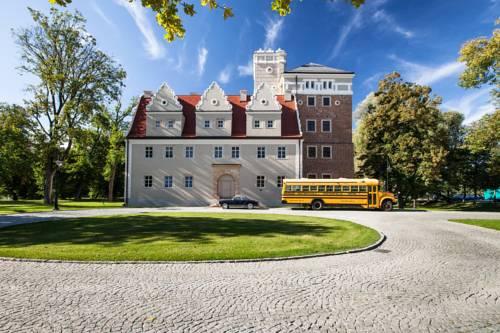 Widok na Zamek Topacz we Wrocławiu i zółty autobus