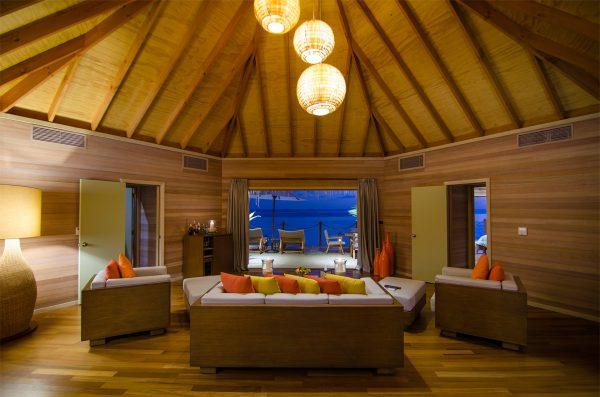 wnętrze luksusowej willi w Mirihi Island Resort, Malediwy