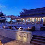 oświetlona wieczorną porą weranda restauracji phuket sea. fire. salt