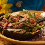 barwny przysmak z warzywami i mięsem podany na talerzu, Cafe Coyote - Kalifornia