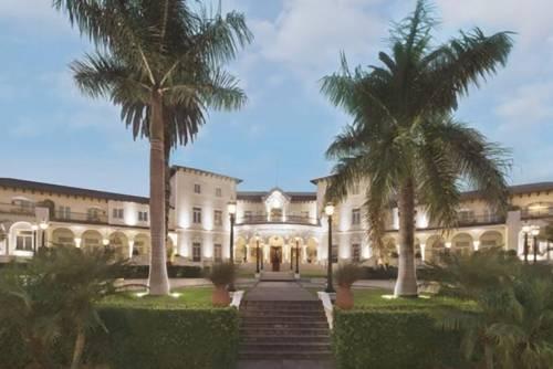 Cudowne wejście z dużymi palmami do hotelu Country Club Lima