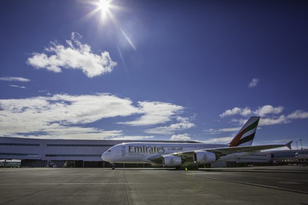 stojący na lotnisku samolot linii Emirates