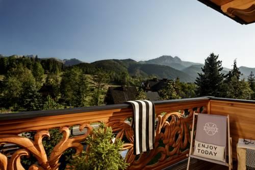 Górski wdok z przpięknego tarasu z ręcznie robioną balustradą
