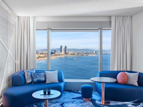 hotelowy pokój z dużymi oknami z widokiem na morze