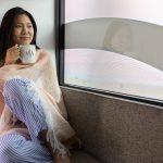 turystka podróżująca w prywatnej kabinie z łóżkiem, obserwująca widoki za oknem