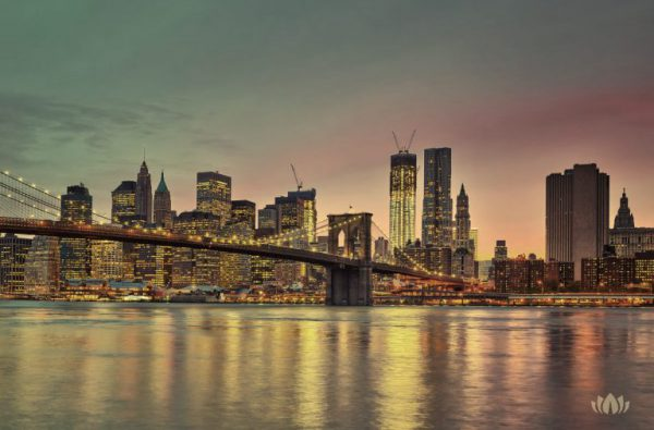 panorama oświetlonego późnym wieczorem Brooklynu