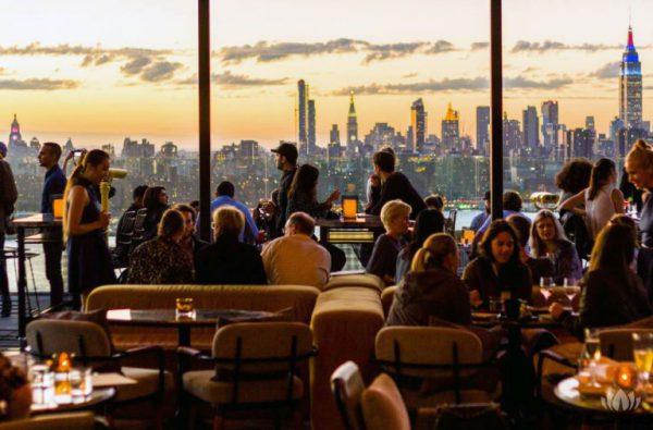 widok zza oszkolnej restauracji na panoramę Nowego Jorku