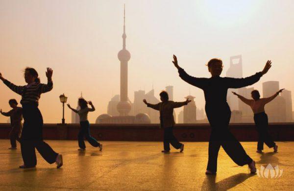 grupa kobiet ćwicząca na tarasie, Szanghaj