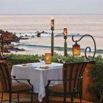 dwuosobowy stoliczek restauracji Ferraros w romantycznej nadmorskiej scenerii