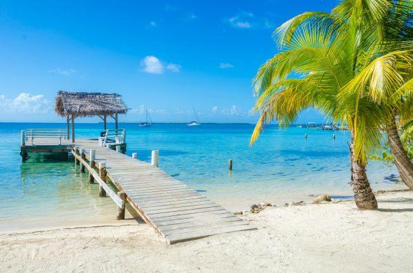 mały pomost widokowy na plaży tropikalnej