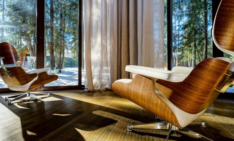 wygodne fotele obrócone przodem do tarasu widokowego wewnętrz stylowego pomieszczenia