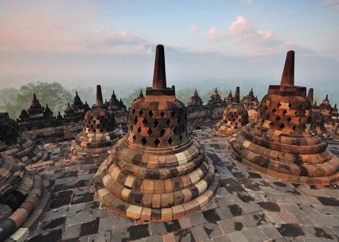 widok z buddyjskiej świątyni Borobudur w Yogyakarcie