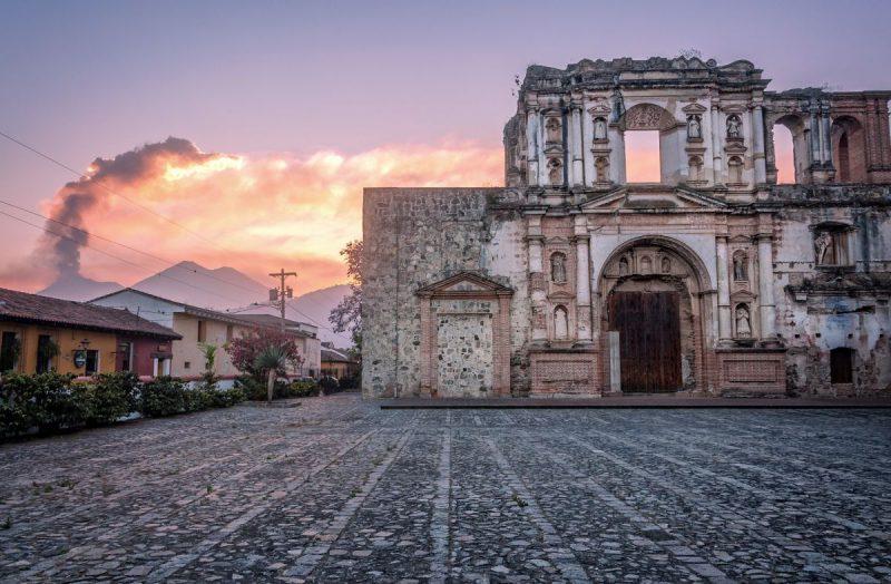 Gwatemalia, na zdjęciu El Fuego, Antigua to światowe dziedzictwo, znane z hiszpańskiej kolonialnej architektury