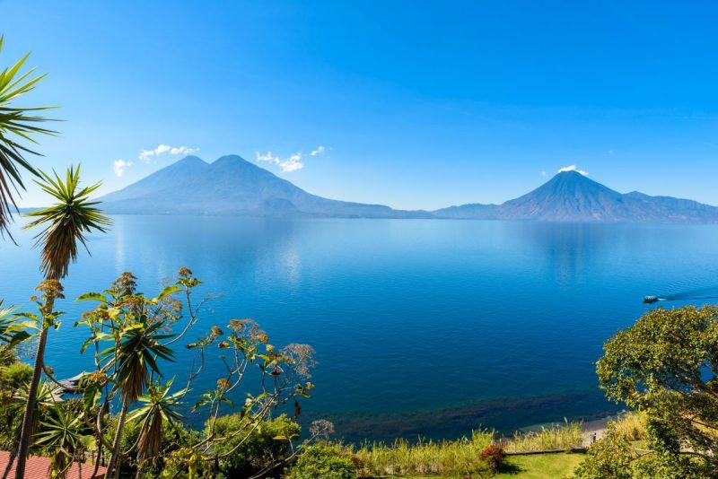 Widok na jezioro Atitlan wczesnym porankiem