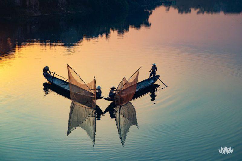 Wietnamscy rybacy w sławnej Perfume River, Wietnam