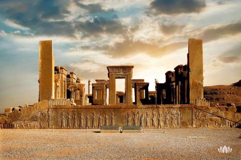 Wschód słońca w Persepolis, stolicy starożytnego królestwa Achemenidów. Starożytne kolumny. Widok Iranu. Starożytna Persja. Piękny wschód słońca w tle.
