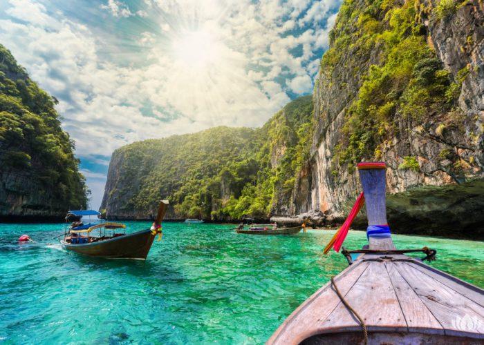 Tradycyjna łódź na morzu w Loh Samah zatoce, Phi Phi wyspa, Tajlandia