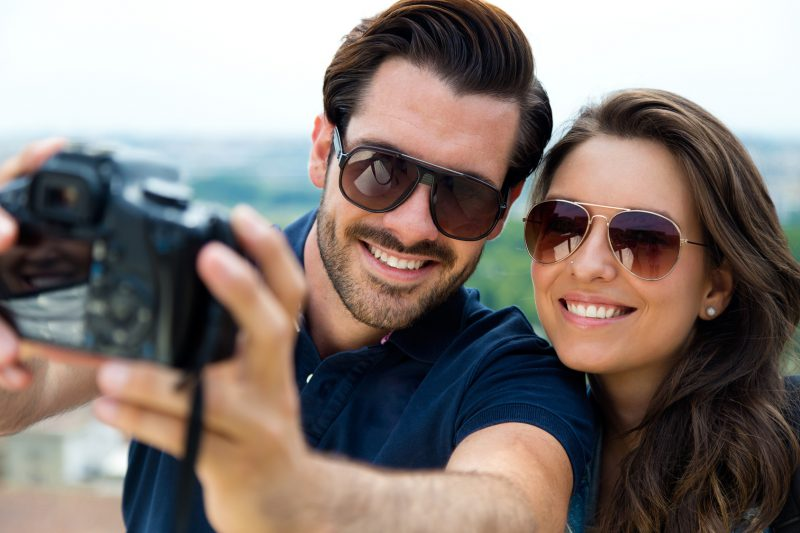 para robiąca selfie