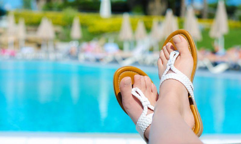 relaks nad basenem w luksusowym ośrodku