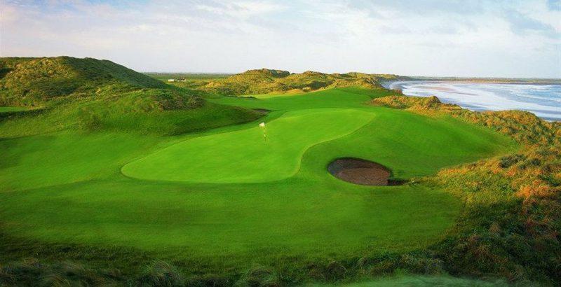 pole golfowe nad morzem