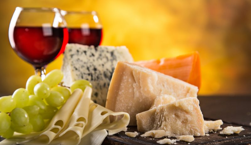 czerwone wino i różne rodzaje sera